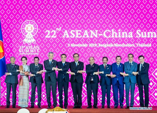 Chinese Premier Li Keqiang (5th L) poses for a group photo with other leaders at the 22nd China-ASEAN (10+1) leaders' meeting in Bangkok, Thailand, Nov. 3, 2019. (Xinhua/Zhai Jianlan)
