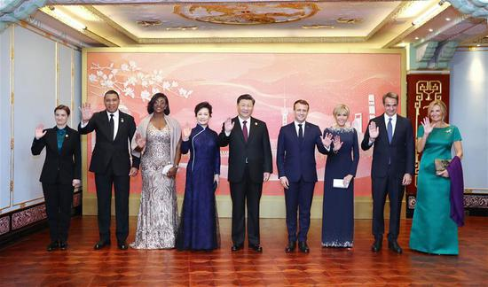 Xi hosts banquet for guests attending int'l import expo