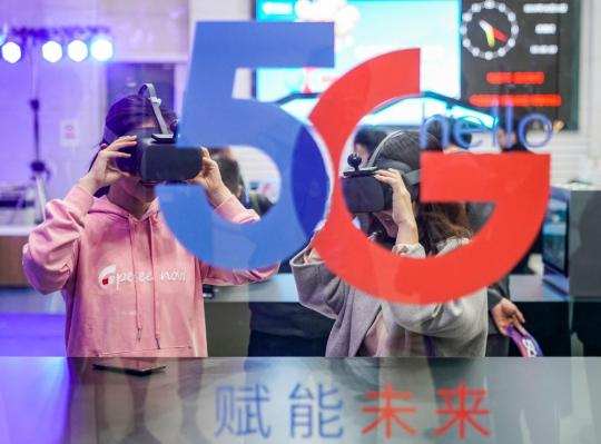 Consumers experience 5G-powered virtual reality video services at a China Telecom outlet in Beijing. [Photo/Xinhua]