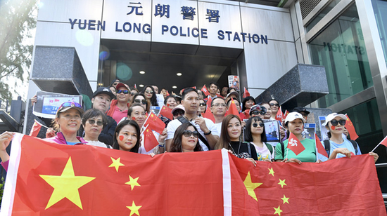 Hong Kong residents gather to support police