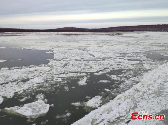 China-Russia border river freezes