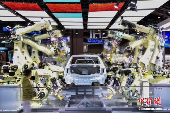Rows of robots assembling cars debut at the second China International Import Expo in Shanghai. (Photo/China News Service)