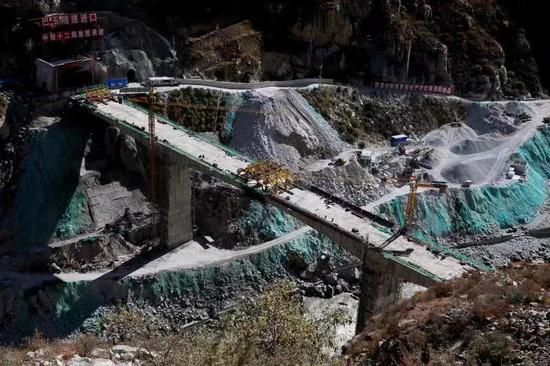 Tibetan railway joins key bridge on Yarlung Zangbo River