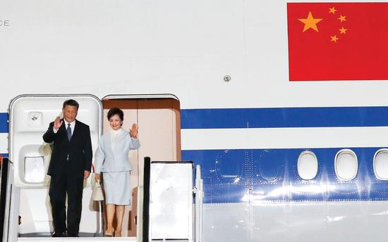 President Xi Jinping and his wife Peng Liyuan arrive at Athens International Airport in the Greek capital on Sunday. (KUANG LINHUA / CHINA DAILY)