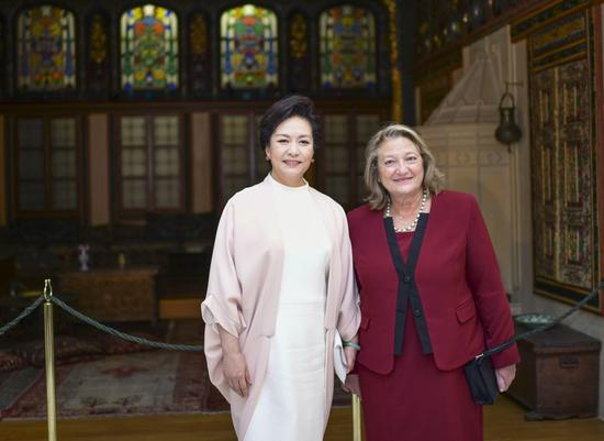 Peng Liyuan, wife of Chinese President Xi Jinping, tours the Benaki Musemu in central Athens, Greece, Nov. 11, 2019. (Xinhua/Xie Huangchi)