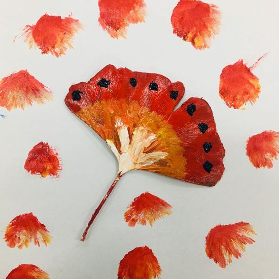 中国大学生把落叶变成艺术