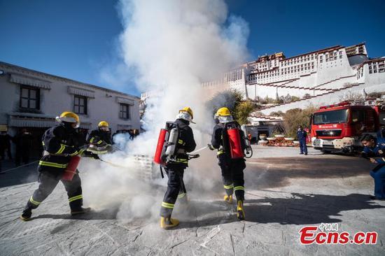 举行消防训练以改善布达拉宫的安全