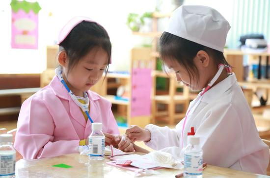 Children try simulated vaccination at a kindergarten in Xingtai City, north China's Hebei Province, April 25, 2019. (Xinhua/Zhang Chi)