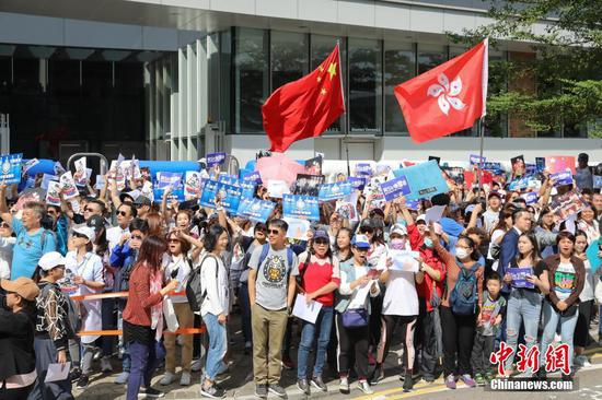 Hong Kong residents rally in support of police amid city chaos
