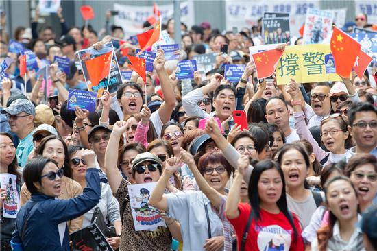 Hong Kong residents voluntarily rally to protest against the violence and support police. (Photo provided to China Daily)