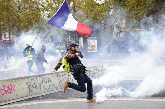 'Yellow Vest' back in France, tensions raised in Paris