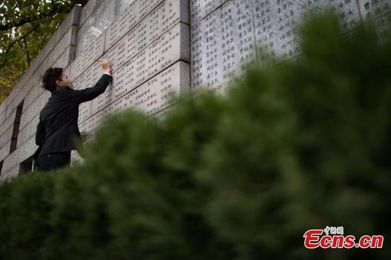 学生纪念南京大屠杀遇难者