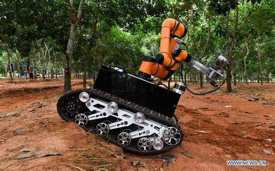 Robot starts on-site rubber tapping trial run in Hainan