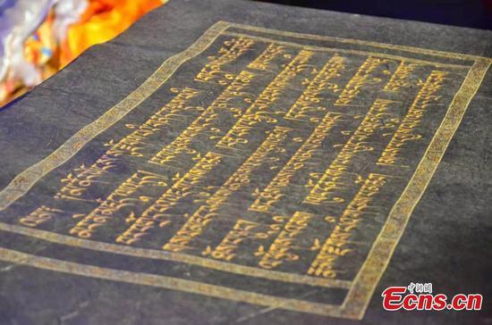 在青海创作的世界上最大的手写金书
