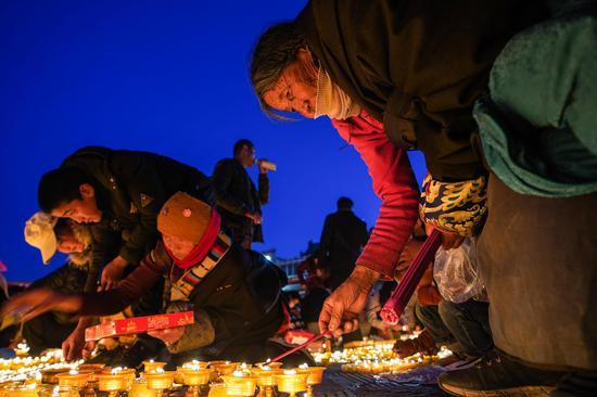 黄油灯节在青海点燃了新的一年