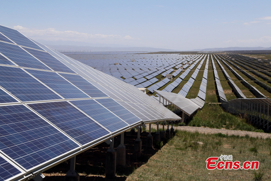 Solar panels are seen in Gonghe county, Hainan Tibetan autonomous prefecture, Qinghai Province. (File Photo/China News Service)