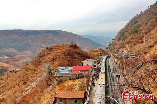 Old-fashioned train still key to students in Sichuan