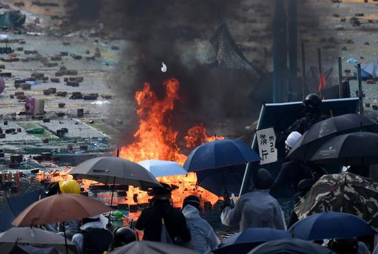 Rioters set fire and confront police outside the Hong Kong Polytechnic University in south China's Hong Kong, Nov. 17, 2019. (Xinhua)