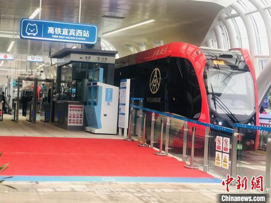 The world's first Autonomous Rail Rapid Transit  for commercial use was officially launched in Yibin, Sichuan Province, Dec. 5, 2019. (Photo/China News Service)