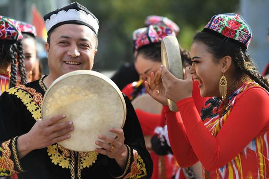 Actors prepare to perform during a culture and tourism festival themed on Dolan and Qiuci culture in Awat County of Aksu Prefecture, northwest China's Xinjiang Uygur Autonomous region, Oct. 25, 2019. The festival kicked off recently in Aksu Prefecture. (Xinhua/Sadat)