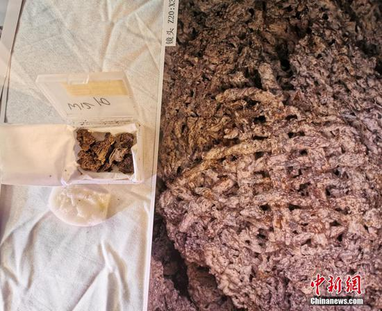 Photo shows the silk remains found in a tomb in Henan.  (Photo/China News Service)