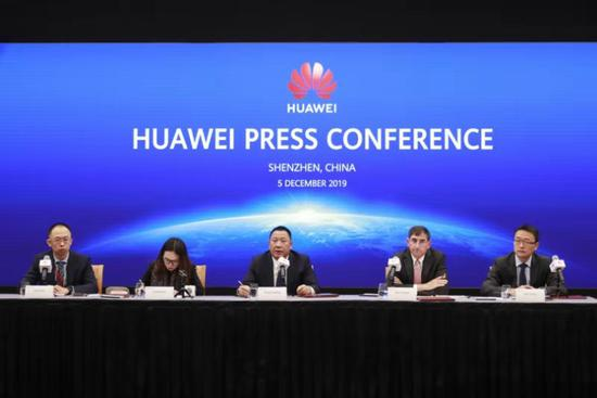 Song Liuping (middle), chief legal officer of Huawei, gives a speech in Shenzhen, Guangdong. (Provided to chinadaily.com.cn)
