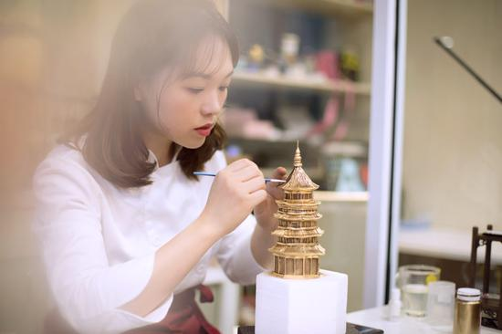 Wuhan cake master perfects her art