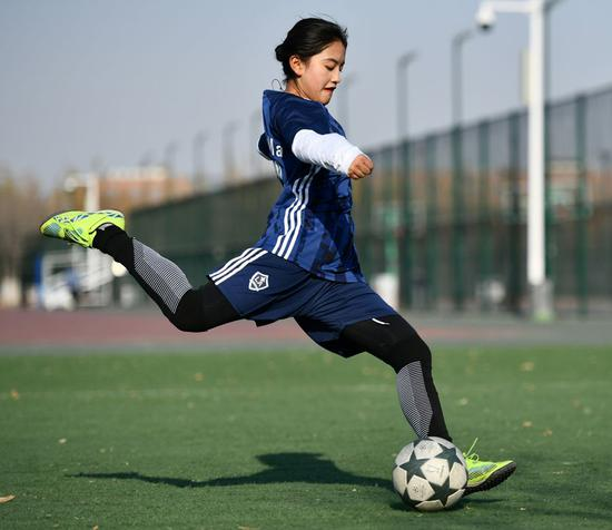 Tibetan girl pursues football dream in boy's team in Tianjin