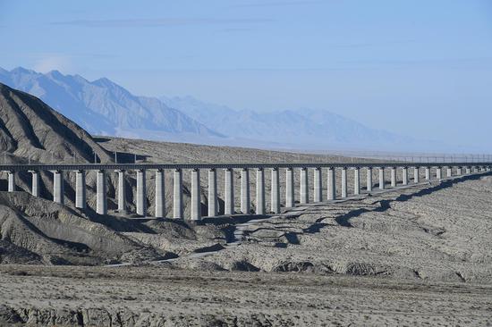 Photo taken on Nov. 18, 2019 shows a railway bridge, which is part of the Golmud-Korla railway, in Ruoqiang County, northwest China's Xinjiang Uygur Autonomous Region. (Xinhua/Song Yanhua)