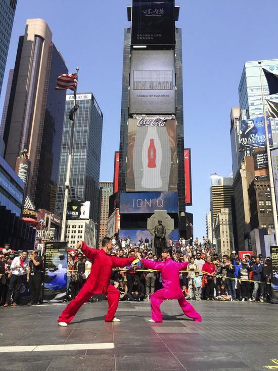 Chen Sitan and his wife Lin Xu perform at Times Sqaure in New York, the United States, Sept. 10, 2017. (Xinhua)