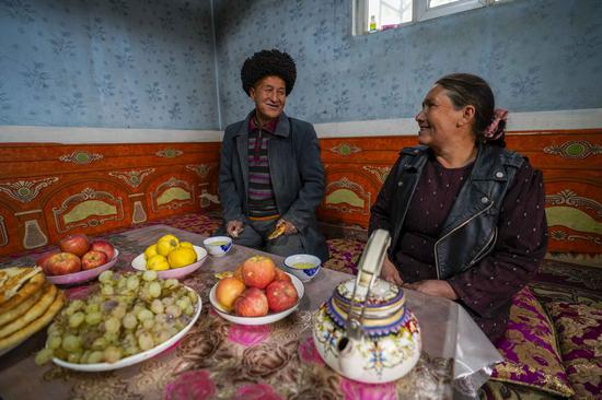 A man and his wife rest in their house at Qushou Village of Saybag Township in Moyu County, northwest China's Xinjiang Uygur Autonomous Region, Nov. 21, 2019. (Xinhua/Zhao Ge)