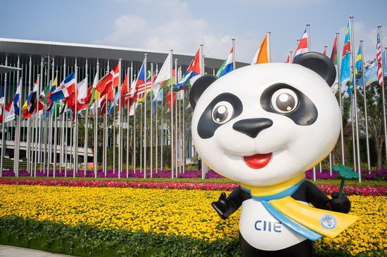 图为2019年11月4日,中国国际进口博览会(CIIE)吉祥物金宝在国家会展中心(上海)的南广场(第二届CIIE的主要会场)在中国东部的上海。 (新华社/张晓宇)