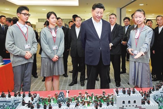 A student explains a school project to President Xi Jinping at the Premier School Affiliated to Hou Kong Middle School in Macao on Thursday. PROVIDED TO CHINA DAILY