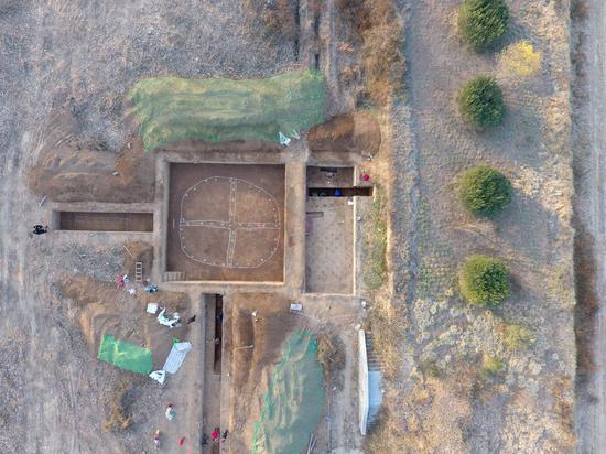 Aerial photo shows the excavations of circular building bases in the Yanshi ruins, Henan Province, central China. (Provided to Xinhua)