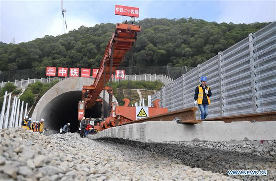 Tracklaying work for road-rail bridge starts in southeast China's Fujian