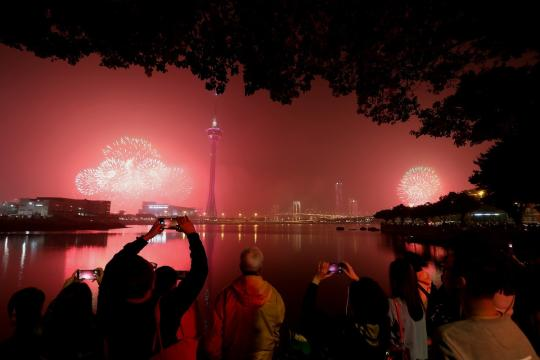 Macao and its neighboring city Zhuhai jointly held a firework show to celebrate the 20th anniversary of Macao's return to the motherland on Sunday. (Photo/China Daily)