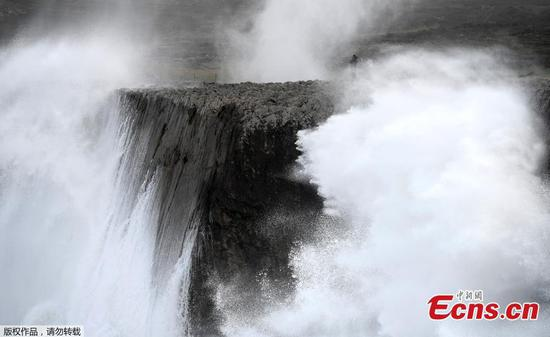 Strong wind and huge waves batter coast of Spain