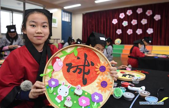 Pupils in primary school make handicrafts to welcome new year