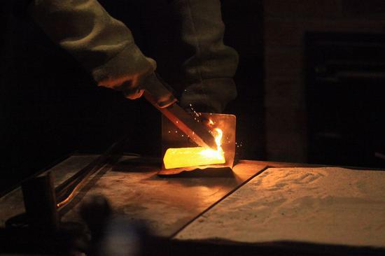 2018年12月27日拍摄的档案照片显示了在澳大利亚巴拉瑞特制作金条的浇金性能。 (新华社/潘向月)