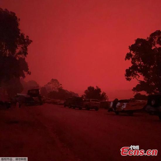 数千人被大火包围的澳大利亚海滩