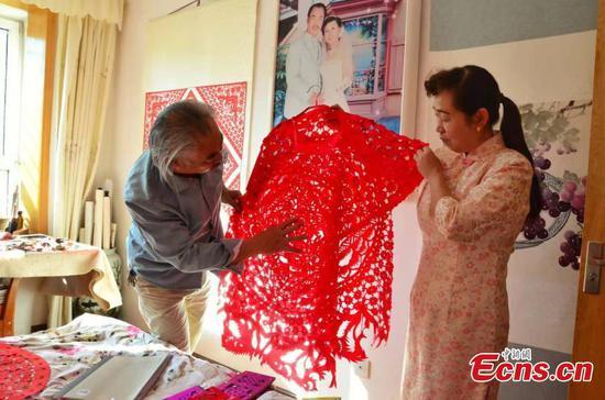 水果机剪纸大师制作的令人难以置信的礼服