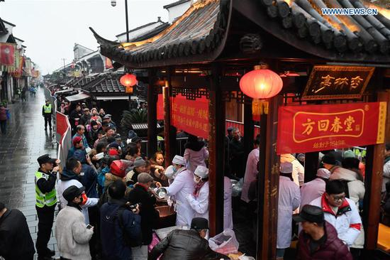 Temples and organizations offer porridge to public at Laba Festival
