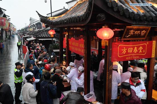 寺庙和组织在腊八节向公众提供粥
