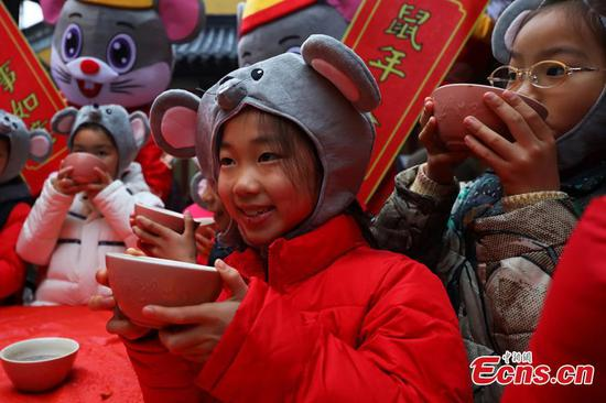 People mark festival with 'eight treasure porridge'