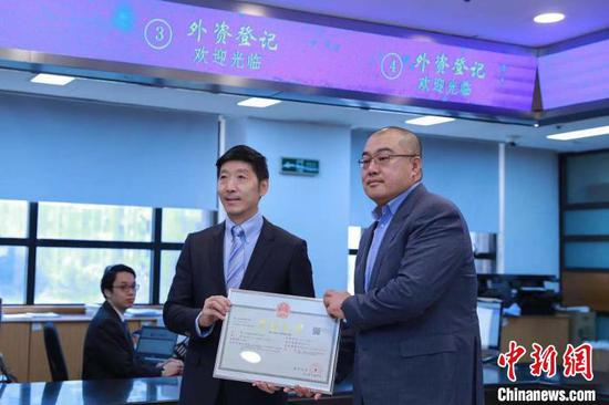 Shanghai Administration for Market Regulation grants its first business license to a foreign-invested enterprise co-funded by a Chinese individual on Jan. 1, 2020. (Photo/China News Service)