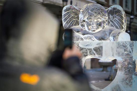 在黑龙江省中央大街上装饰的冰雕
