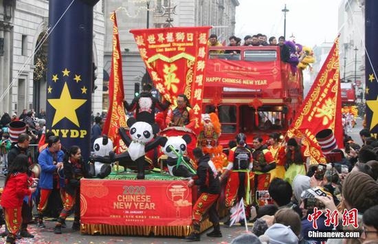 英国华人在2020年元旦游行中的舞台表演