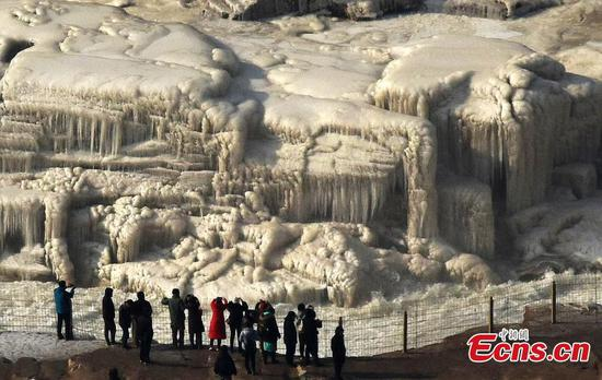 'Ice waterfall jade pot' forms in Hukou Waterfall