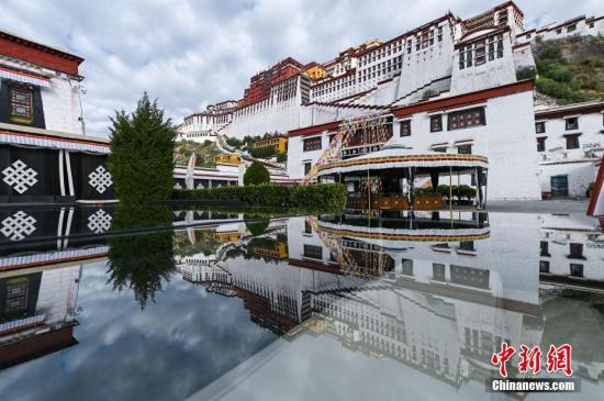 File photo of Potala Palace in Lhasa, the Tibet Autonomous Region. (China News Service)