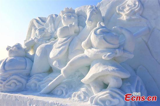 雪雕吸引了中国西北地区的游客